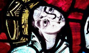 Portada-Leonor de Aquitania, detalle de la Vidriera de la Crucifixión de la Catedral de Poitiers, siglo XII (Foto: Danielclauzier CC-BY-SA 3.0)