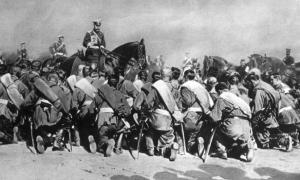 Portada-El Zar Nicolás II, a caballo, pasa revista a sus tropas en 1905, durante la Guerra Ruso-Japonesa (Public Domain)
