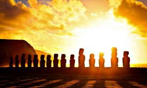 Portada-Amanecer en Tongariki, Isla de Pascua. (Fotografía: Alanbritom/CC BY- SA 2.0)