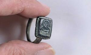 Portada - El anillo encontrado casualmente por el jardinero Dekel Ben -Shitrit en Israel representaría a San Nicolás empuñando un báculo de obispo. Fuente: Clara Amit, Autoridad de Antigüedades de Israel