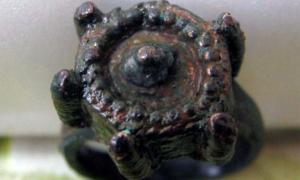 Portada - Anillo medieval hallado en Kavarna (Bulgaria) con receptáculo para veneno (Fotografía: Municipalidad de Kavarana)