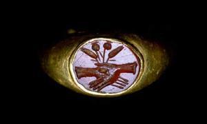 Portada - Anillo romano con manos entrelazadas: se trataba de un diseño muy popular para los anillos de bodas romanos. (Fotografía: West Semitic Research Project/University of Southern Carolina)