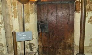 Portada - La puerta más antigua de Gran Bretaña se encuentra en la Abadía de Westminster. Fuente: Londonbusesonebusatatime
