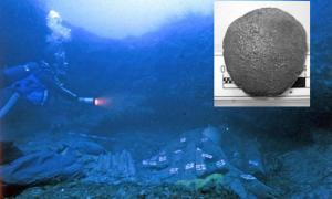 Portada - Principal: un submarinista busca entre los restos del naufragio del Relitto del Pozzino (Not Only Chemistry). Inserción: Una de las antiguas tabletas medicinales halladas en el pecio. Fotografía: PNAS/Giachi et. al.