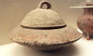 Portada - El tipo de caldero en el que fue descubierto este estofado chino de buey de hace 2.000 años aún no se ha dado a conocer, pero la muestra de antiguo caldero chino que aparece en la fotografía data de la cultura Yangshao, asentada en la provincia de Henan. (Wikimedia Commons photo/Gary Lee Todd)