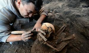 Portada - Uno de los arqueólogos del INAH trabajando en la recuperación de los restos humanos descubiertos recientemente en el yacimiento de Tláhuac. (Fotografía: Melitón Tapia/INAH)