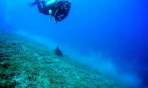 Portada-Submarinista trabajando en el año 2012 en los restos de un barco hundido junto a la costa italiana.