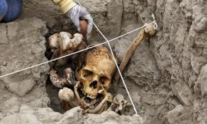 Portada-Arqueóloga trabajando en una de las tumbas descubierta en el yacimiento arqueológico de Huaca Pucllana situado en el distrito de Miraflores, Lima, Perú. Fotografía: El Comercio
