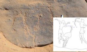 Portada - Los grabados rupestres descubiertos en Qubbet El-Hawa, Egipto y datados en unos 6.000 años de antigüedad, son difíciles de apreciar en nuestros días. (David Sabel) Sin embargo, el refuerzo visual del trazo y la consiguiente interpretación de la escena permite identificar tres figuras: un cazador con un arco (derecha), un hombre que baila con una máscara de ave (izquierda) y, en el centro, un gran avestruz. (Zeichnung: David Sabel)