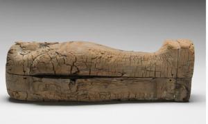 Portada - el ataúd de madera de cedro en el que ha sido descubierto el feto se encuentra decorado con gran esmero. Fotografía: Museo Fitzwilliam, Cambridge