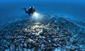 Portada - Un submarinista contempla el pecio recientemente descubierto, un antiguo barco romano hundido con cientos de ánforas en su interior. (Fotografía: El País/JORDI CHIAS QUALITY)