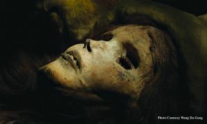 """Portada-Primer plano del rostro momificado de """"La bella de Loulan"""". (Fotografía: La Gran Época)"""