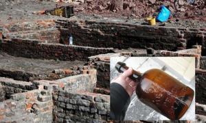 Portada - Las ruinas halladas recientemente en Manchester en el transcurso de unas obras, y que incluyen un antiguo pub de principios del siglo XIX. (MEN) Detalle: Antigua botella de licor similar a una de las descubiertas en el antiguo pub de Manchester. (westernbitters.com)