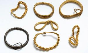 Portada - Estos siete brazaletes probablemente pertenecieran a un noble vikingo, y quizás los empleara en el pasado para forjar una alianza o para premiar a sus hombres. (Fotografía: Museo Nacional de Dinamarca)