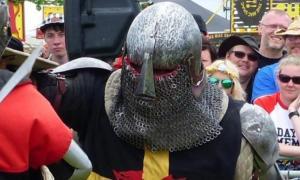 Portada - Alun Powell, el británico entusiasta de la Edad Media que se enfrentó a una banda callejera, ataviado con armadura y participando en un torneo medieval. Fuente: Alun Powell / Facebook