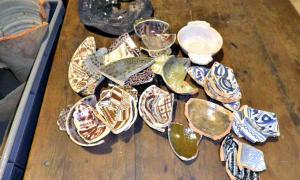 Portada - Algunos de los fragmentos de cerámica recuperados recientemente en dependencias municipales de la ciudad de Pamplona. (Fotografía: Diario de Navarra)