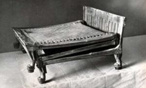 Portada - Fotografía de la tumbona hallada en la tumba de Tutankamón realizada por Harry Burton. (Dominio público)