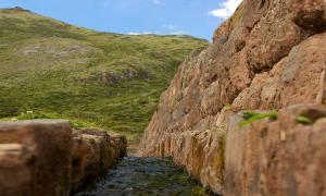 Portada-canalización de agua de la época inca, Tipón, Perú (Wikimedia Commons)