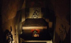 Portada - Reconstrucción de la tumba de Pakal, Museo Nacional de Antropología de México (Wikimedia Commons)