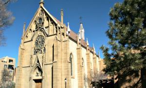 Portada-Vista exterior de la Capilla de Loreto de Santa Fe, Nuevo México en cuyo interior se ubica la misteriosa escalera. (Public Domain)