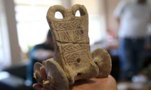 Portada - Carrito de juguete con 5.000 años de antigüedad descubierto recientemente en Turquía. Fotografía: Halil Fidan