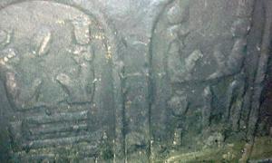 Portada - La parte inferior del cartucho se encuentra actualmente sumergida en aguas subterráneas. Fue descubierto en una zanja producto de unas excavaciones ilegales realizadas en el interior de una vivienda de Abidos, a cuatro metros de profundidad. Fotografía: Ministerio de Antigüedades de Egipto