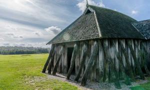 """Portada - """"Luz y estructura"""" - Reconstrucción de una vivienda comunal vikinga. Jutlandia, Dinamarca (Eric Gross/CC BY 2.0)"""
