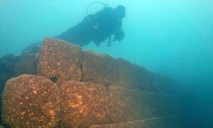 Portada - Ruinas de un antiguo castillo de hace 3.000 años hallado en el fondo del lago Van, Turquía. Fotografía: Anadolu