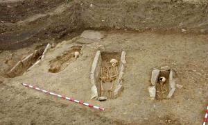 Portada-Algunas de las sepulturas delimitadas por lajas de piedra halladas en el cementerio medieval de Arganzón. (Fotografía: UPV-EHU/NCYT Amazings)