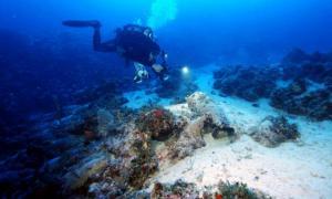 Portada - Submarinista explorando uno de los pecios. Fotografía: Vasilis Mentogianis