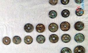 Portada - Algunas de las monedas de la dinastía Song halladas recientemente bajo una casa de la ciudad china de Jingdezhen, condado de Fuliang, provincia de Jiangxi. Fotografía: xnews.com.cn