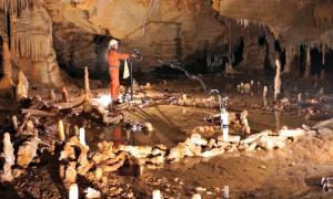 Portada - Uno de los científicos en el centro del principal círculo de estalagmitas descubierto recientemente en la cueva francesa de Bruniquel. (Fotografía: Agencia SINC/ Etienne FABRE y SSAC)