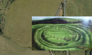 Portada - Fotografía aérea de Durrington Walls. Al norte, oeste y sur, una línea de árboles recorre de forma precisa el trazado de la franja de tierra, aunque se adivina también su huella al este, a la derecha de la moderna carretera. El río Avon y la zona en la que una avenida lo unía a Durrington Walls pueden verse abajo a la derecha (pegasusarchive.org). Detalle: Ilustración de un círculo similar de postes de madera localizado en Cairnpapple Hill, Escocia.