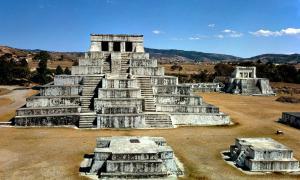 Portada - Fotografía de Zaculeu, la capital posclásica del reino Mam, señorío de la civilización maya en las tierras altas de Guatemala. (HJPD/Public Domain)