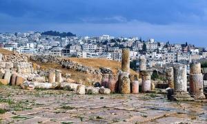 Portada - La antigua ciudad de Gerasa, con la moderna ciudad al fondo. (Dominio público)