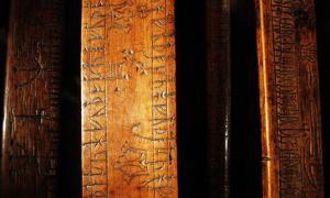 Portada - Bastones rúnicos del Museo de Historia de Lund, Suecia. Fuente: CC BY SA 3.0