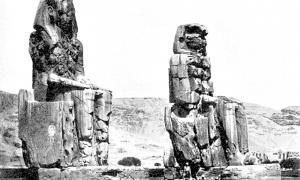 Portada - Los Colosos de Memnón fotografiados en 1908. (Public Domain)