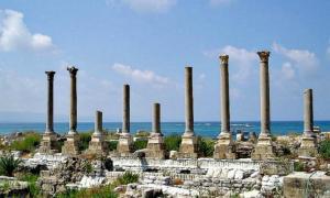 Portada - Tiro (Líbano), columnas de lo que se cree era una palestra (lugar de entrenamiento para atletas) en el sector de excavaciones de Al Mina.