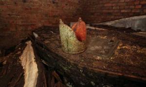 Portada - Fotografía de la mitra arzobispal de oro encontrada sobre uno de los ataúdes descubiertos recientemente en una cripta secreta de la iglesia de Santa María en Lambeth (Londres, Inglaterra). Fotografía: Garden Museum