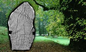 Portada-la campiña escocesa, cuyo origen fue la unión de cierto número de reinos más pequeños – como los de los Pictos, Dalriada, Strathclyde y otros.(Arjayempee, Flickr/CC BY 2.0) Detalle, el Hombre de Rhynie