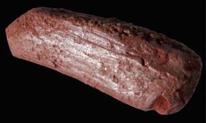 Portada - Crayón ocre que se cree habría sido utilizado para decorar pieles de animales hace 10.000 años. Crédito: Paul Shields / Universidad de York.