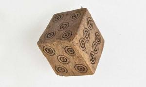 Portada - Este dado medieval tiene dos cuatros y dos cincos, pero ningún uno ni ningún dos. Los arqueólogos creen que probablemente fuese utilizado para hacer trampas en el juego. En esta fotografía se observan los dos cincos del dado. Fuente: Angela Weigand/UiB