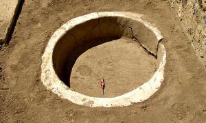 Portada - Fotografía de uno de los depósitos prehispánicos descubiertos recientemente en Tehuacán Viejo, México. (Fotografía: Noemí Castillo/INAH)