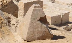 El piramidión recientemente descubierto. Fotografía: Ministerio de Antigüedades de Egipto