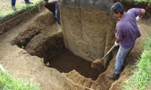 Portada-dibujos-grabados-espalda-moai-gigante-piedra-.jpg
