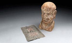 Portada - Billete de banco de la dinastía Ming (1370), y cabeza esculpida de madera en cuyo interior fue descubierto. (Mossgreen Auctions)