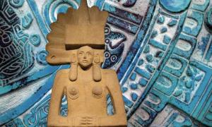Portada - Estatua huasteca de Tlazoltéotl, Museo Británico. (The Trustees of the British Museum/CC BY NC SA 4.0) Fondo: iconografía azteca. (CC0)