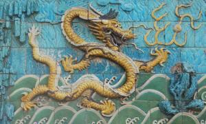 Detalle del Muro de los Nueve Dragones de la Ciudad Prohibida de Beijing, China. (Wing/GNU Free)