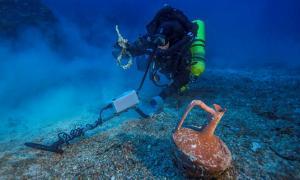 Portada-el buceador Alexandros Sotiriou descubre una ánfora cerámica y un aro de bronce del antiguo barco hundido en Antikythera.jpg