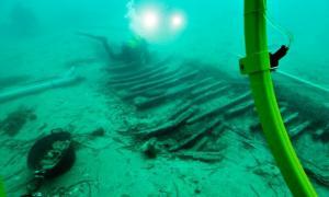 Portada-Arqueólogos trabajando sobre los restos del pecio íbero Cala Cativa I. (Fotografía: Espejo de Navegantes/ABC)